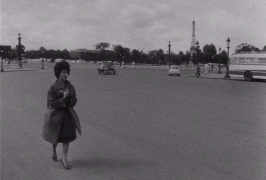 Marceline Loridan-Ivens na Place de la Concorde w Paryżu. Kadr z filmu Chronique d'un été