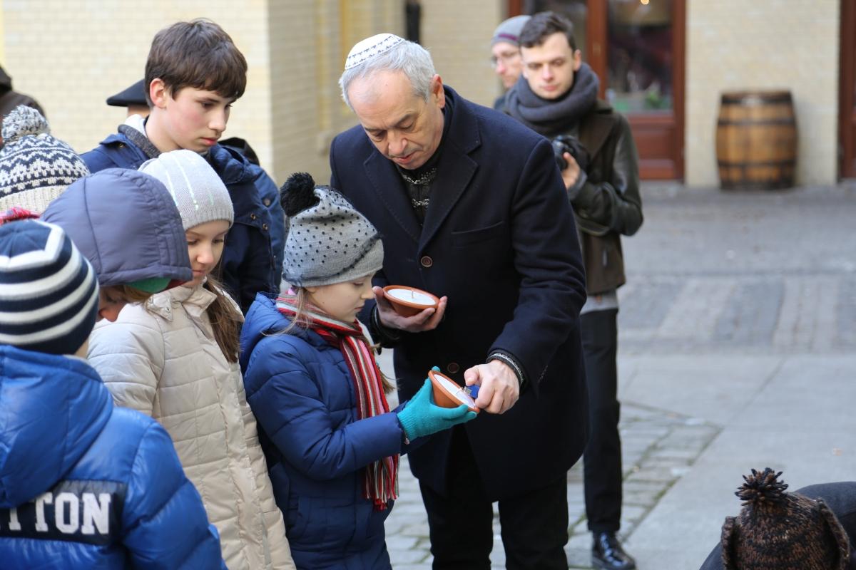 Przewodniczący gminy żydowskiej we Wrocławiu Aleksander Gleichgewicht zapala znicze wraz z uczniami ze Szkoły Podstawowej Dialogu Kultur Etz Chaim /fot. Chidusz