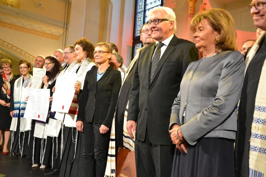 Z nowoordynowanymi rabinami i kantorami pozują Minister Steinmeier i dr Charlotte Konbloch