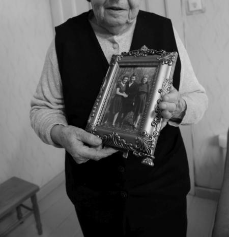 Wajnbergowa jeszcze przed wojną pokazywała Helci granatowy materiał w białe kółka, z którego będzie mogła uszyć jej sukienkę. Na zdjęciu Helena trzyma fotografię, na której ubrana jest w sukienkę od Wajnbergowej.