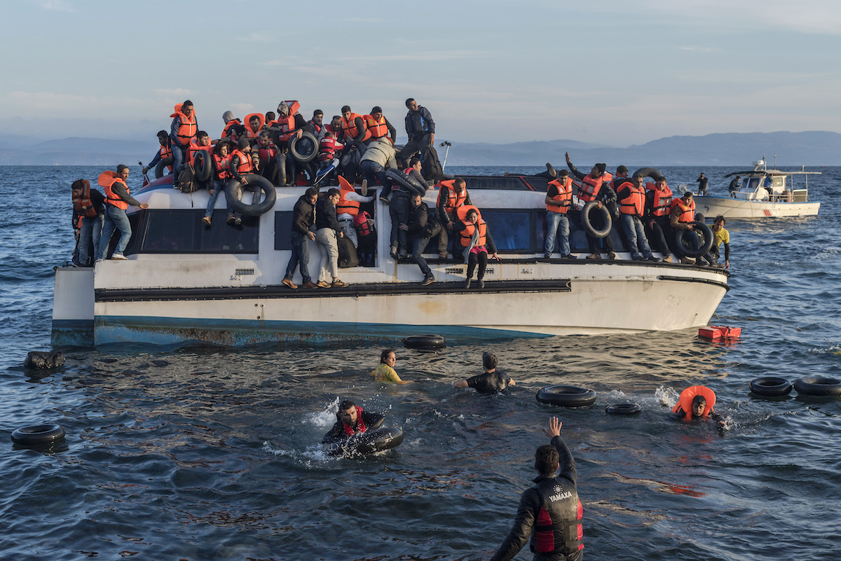 Uchodźcy z Syrii i Iraku u wybrzeża Grecji / Autor: Ggia