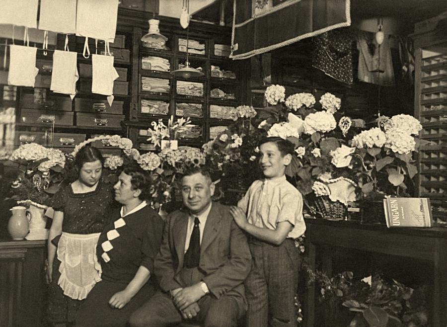 Rodzina Zorków - Alfred, Frieda, Erna i Werner - w swoim sklepie z ubraniami. Budynek, w którym się znajdował (przy dzisiejszej Jedności Narodowej) został zniszczony podczas wojny /fot. CHIDUSZ