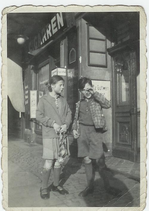 Rodzeństwo Erna i Werner przed kamienicą, w której mieszkali /fot. CHIDUSZ