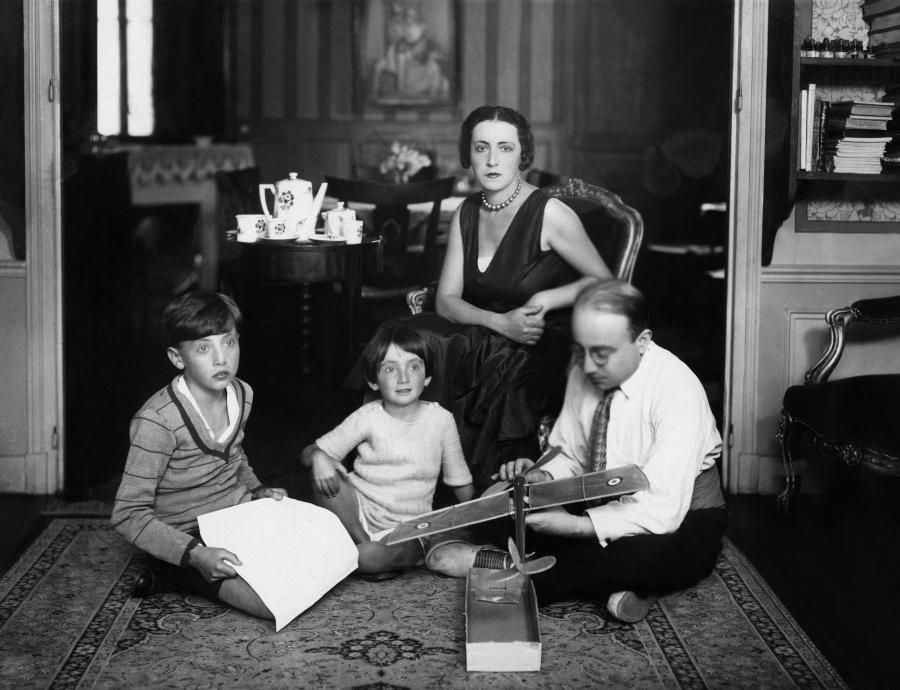 """Artur Szyk z żoną i dziećmi, 1929.  Od 1921 do 1937 r. artysta mieszkał z rodziną w Paryżu, skąd wyjechał do Wielkiej Brytanii, potem do USA.  /fot. """"Świat utracony. Żydzi polscy."""""""