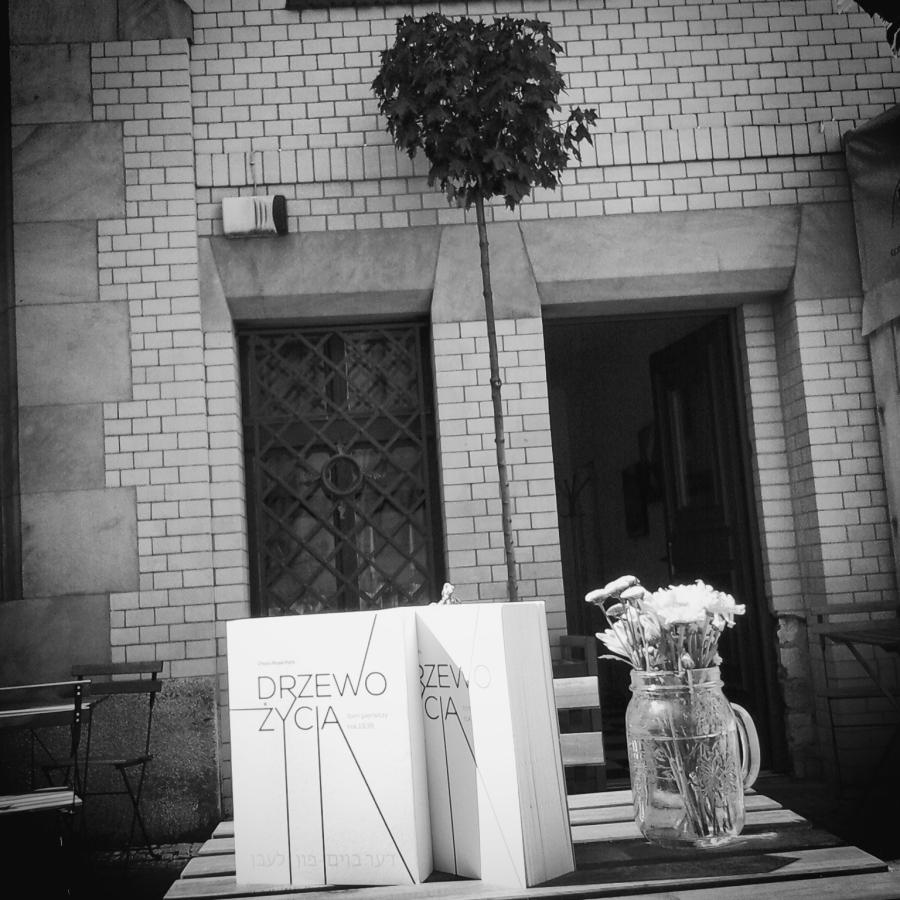 """""""Drzewo życia"""" w ogrodzie Centrum Informacji Żydowskiej przy Włodkowica 9 we Wrocławiu"""