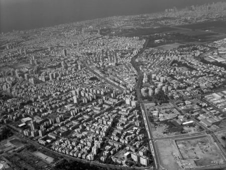 """Akcja nowej powieści Drora Mishaniego  """"Człowiek, który chciał wszystko wiedzieć"""" opowiada o śledczym z izraelskiego miasta Holon"""
