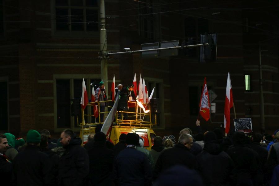 Spalenie podobizny Lecha Wałęsy podczas demonstracji narodowców  13.12.2016 we Wrocławiu  /fot. CHIDUSZ