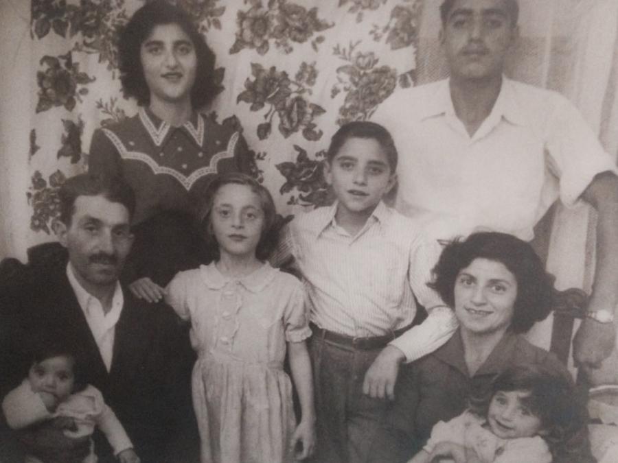 """Mali opowiada historię swojej matki, która w 1949 r., w Pardesiji urodziła córkę Zionę. Zapamiętała jej piękne zielone oczy. Po trzech dniach zupełnie zdrowa Ziona zachorowała i zmarła. """"Bóg daje, Bóg zabiera"""" - powiedziała zapłakana matka. Przed śmiercią poleciła pozostałym swoim dzieciom, żeby nigdy nie przestały szukać siostry. Wszystkie urodziły się już w domu, bo matka bała się ponownie iść do szpitala. /fot. edut-amram.org"""