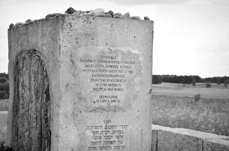 Pomnik w Jedwabnem /fot. Wikipedia