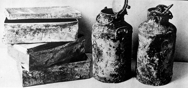 Metalowe skrzynie i bańki na mleko, w których ukryto materiały zgromadzone przez członków Oneg Szabat. Fot. Wikipedia