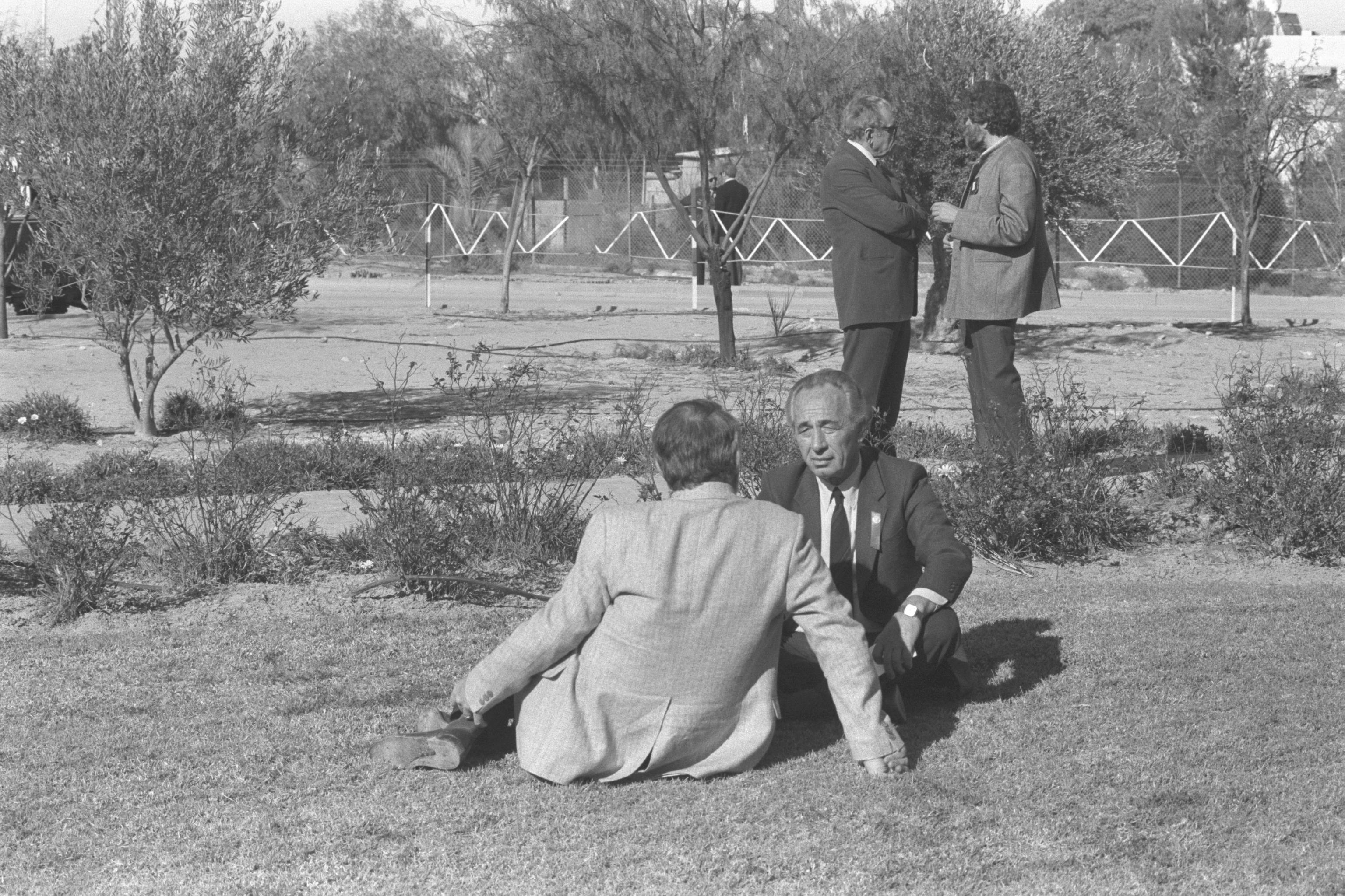 Szimon Peres rozmawia z jednym z nauczycieli na trawniku przed kolegium Sde Boker, 1986 r. Zdj. Flickr - Government Press Office (GMO)