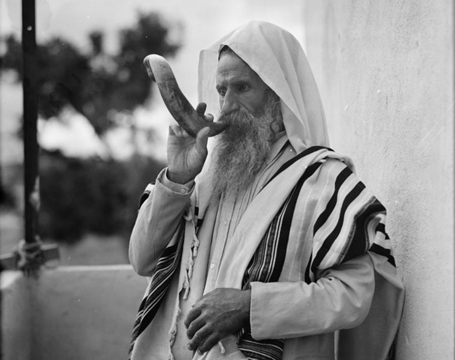 Jemeński Żyd z szofarem. Zdjęcie z lat 30. XX wieku. Fot. Wikipedia