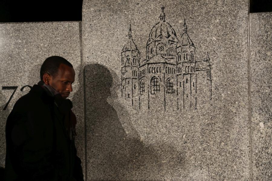 Benedicto Nshimiyimana, Pierwszy Radca Ambasady Republiki Rwandy w Berlinie przy pomniku spalonej podczas nocy kryształowej Nowej Synagogi /fot. CHIDUSZ 2017