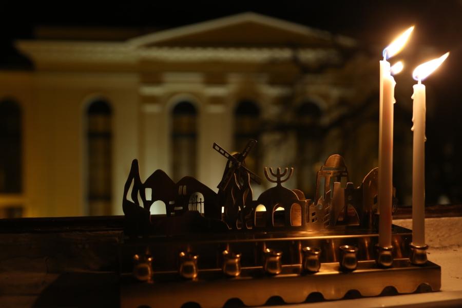 Druga chanukowa świeca w oknie naszej redakcji. W tle synagoga Pod Białym Bocianem.