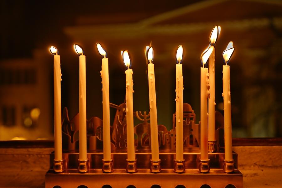 Koniec... wszystkie świeczki na chanukiji w naszej redakcji zapalone. W tle synagoga Pod Białym Bocianem.