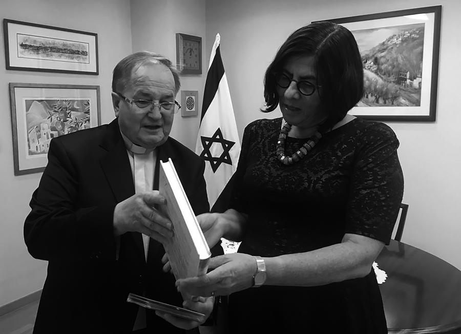 Father Tadeusz Rydzyk presents the Israeli Ambassador Anna Azari with an album about the Chapel of Remembrance /Photo: Ambasada Izraela w Polsce