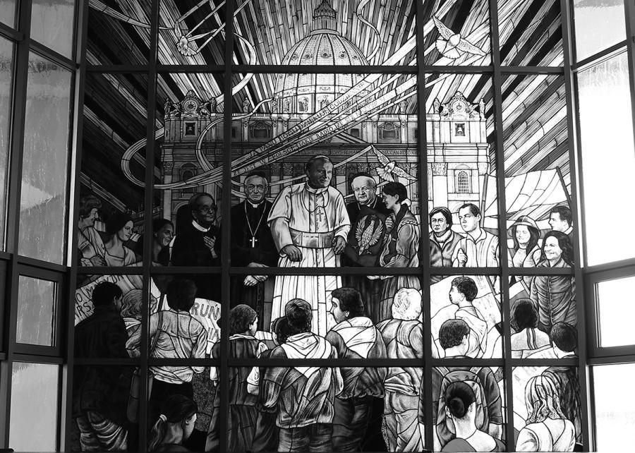 Witraż w toruńskiem Sanktuarium Maryi Gwiazdy Nowej Ewangelizacji i św. Jana Pawła II