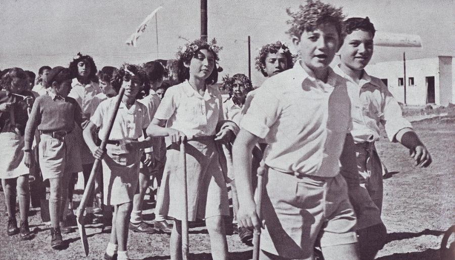 Izraelskie dzieci przed sadzeniem drzew na Tu bi-szwat. Lata czterdzieste. /Fot. Wikipedia