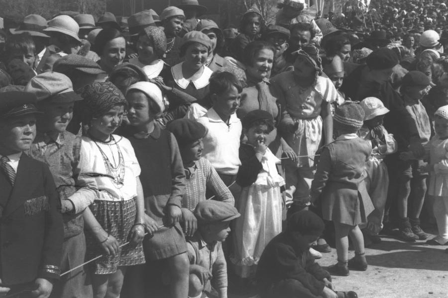 Dzieci świętujące Purim na ulicy w Tel Awiwie (1934) /Fot. Wikipedia