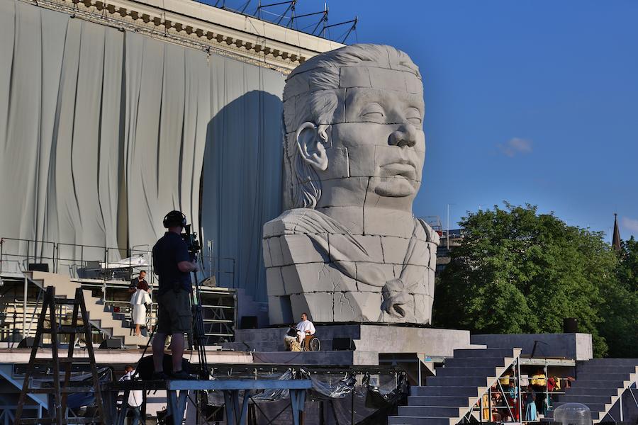 """Monumentalna głowa Nabuchodonozora na tyłach budynku Opery Wrocławskiej, gdzie w piątek odbędzie się premiera superwidowiska """"Nabucco"""" /fot. CHIDUSZ 2018"""