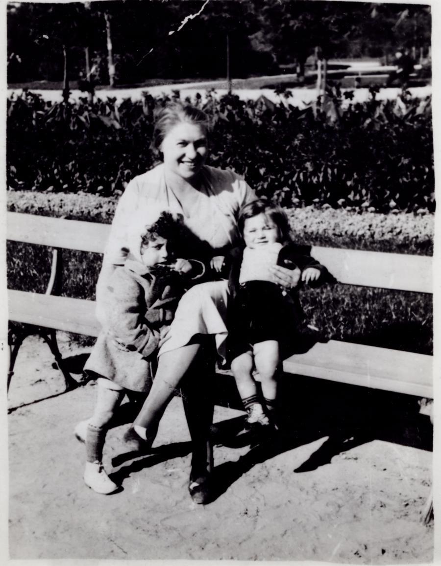 Lolek Erlichster (po prawej) w 1939 roku razem ze swoją mamą. To jego jedyne ocalałe zdjęcie. /Fot. Archiwum rodzinne