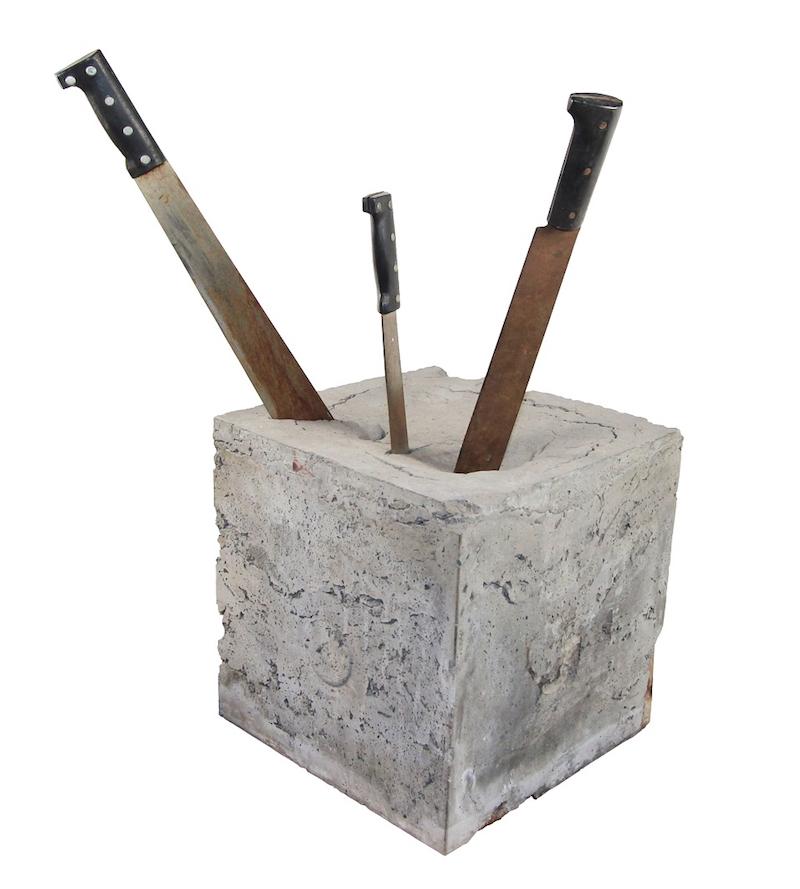 bez tytułu, z cyklu Noże w cemencie, 1972–1974, metal, drewno, cement, 78,7 × 53,3 × 38,1 cm, courtesy Boris Lurie Art Foundation