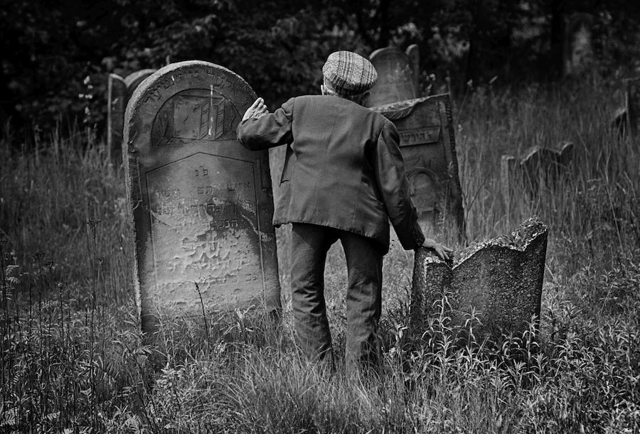 Żydzi polscy, 1975. Mojżesz Leker, opiekun cmentarza żydowskiego w Łodzi. Fot: Chuck Fishman