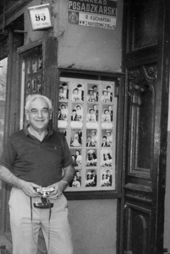 Warren visited Wrocław in 1989. Here he poses in front of the entrance to his house in today's Jedności Narodowej 95 Street