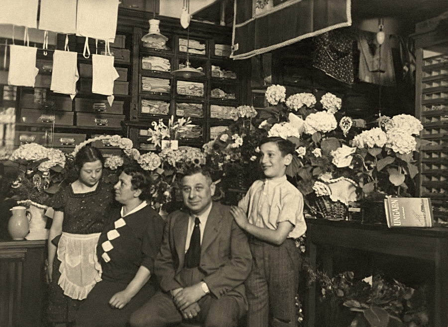 The Zorek family – Alfred, Frieda, Erna i Werner – in their store. The building in which it was located (today's Jedności Narodowej Street) was destroyed during the war