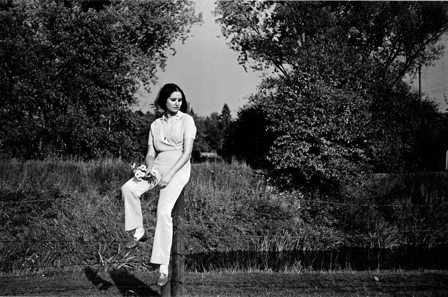 """Jesień 1971 roku, obrzeża Wrocławia. Amalia na spacerze """"zapamiętuje Polskę"""" /fot. archiwum prywatne"""