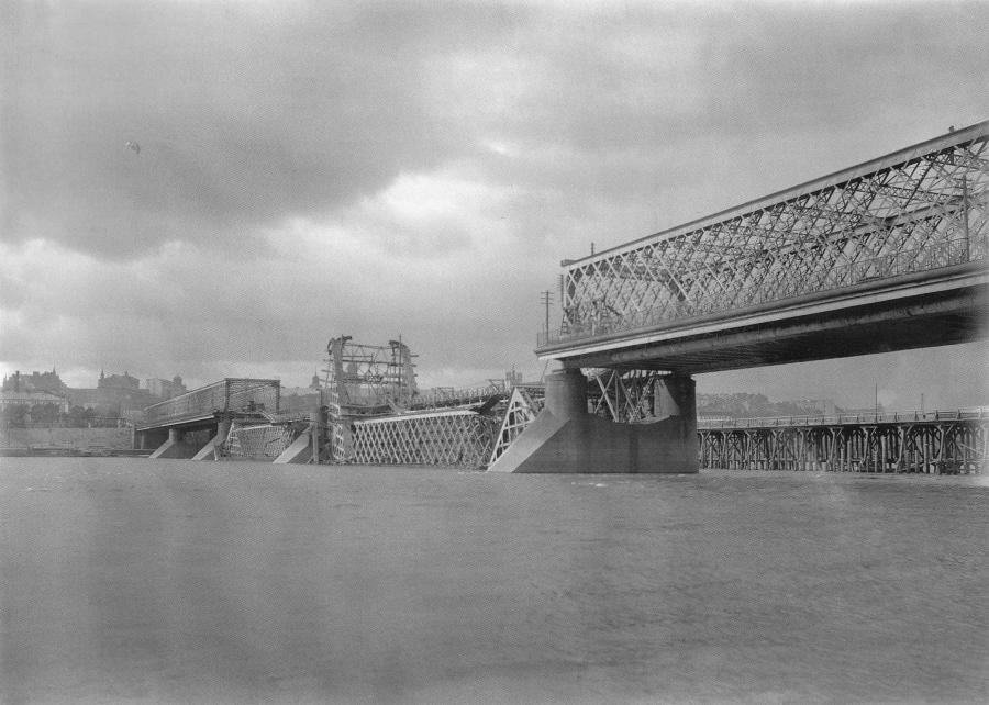 Zniszczony most Kierbiedzia łączący Pragę z lewobrzeżną Warszawą /fot. Wikipedia