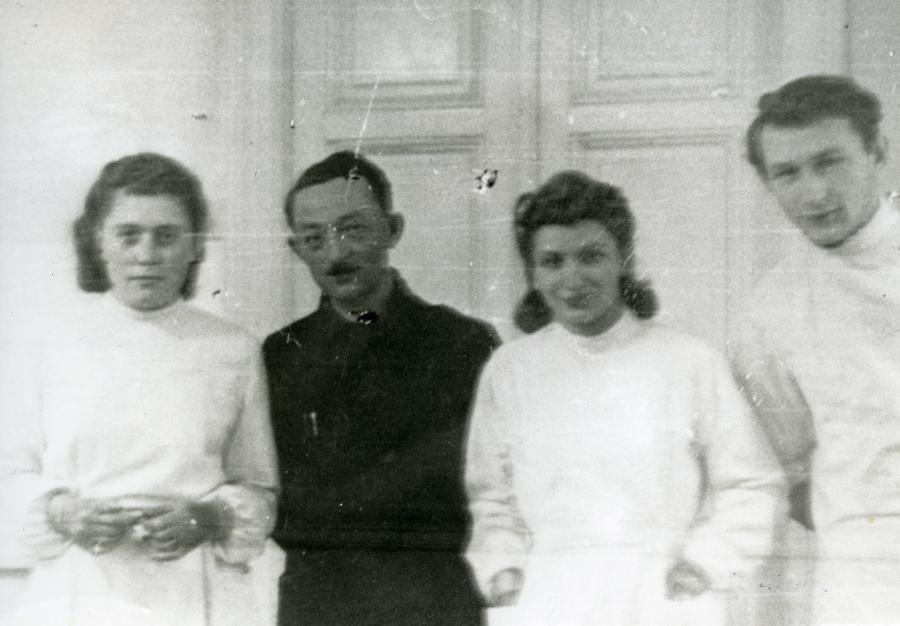 Pierwszy rok studiów medycznych na Uniwersytecie Jana Kazimierza, po ćwiczeniach, Lwów 1941. Od prawej: Sławek, Sabina, dr Klinger, Bronia /fot. Archiwum rodzinne