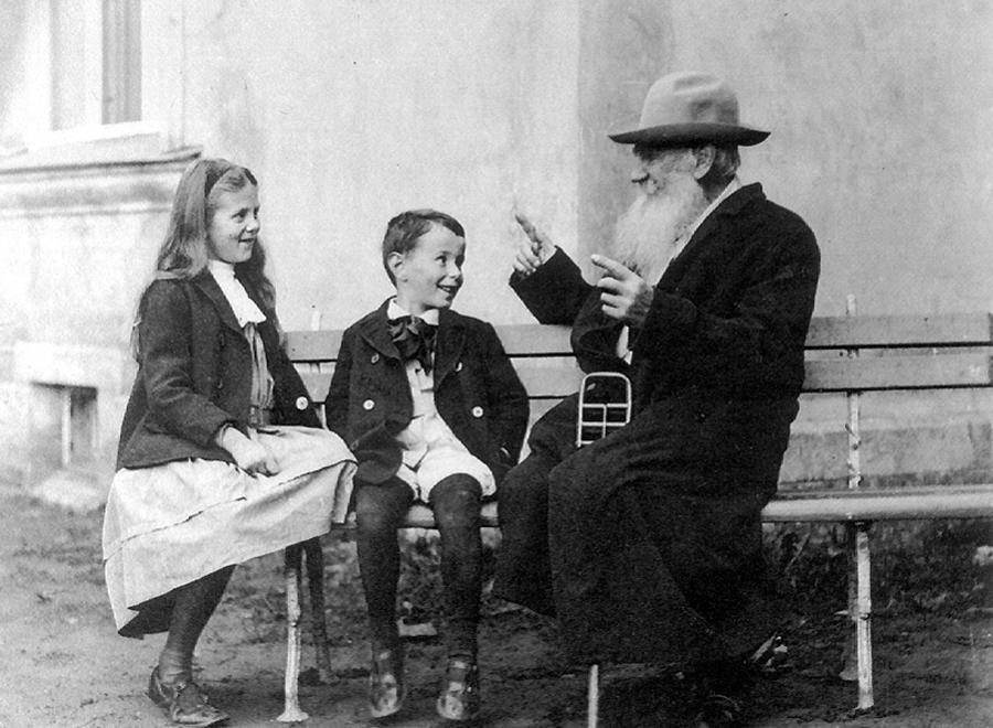 Lew Tołstoj opowiada historię swoim wnukom/ Wikipedia