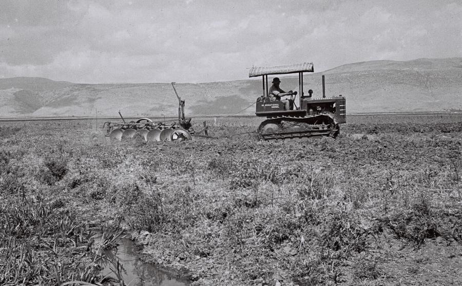 Pierwszy traktor w kibucu Amir/ Wikipedia