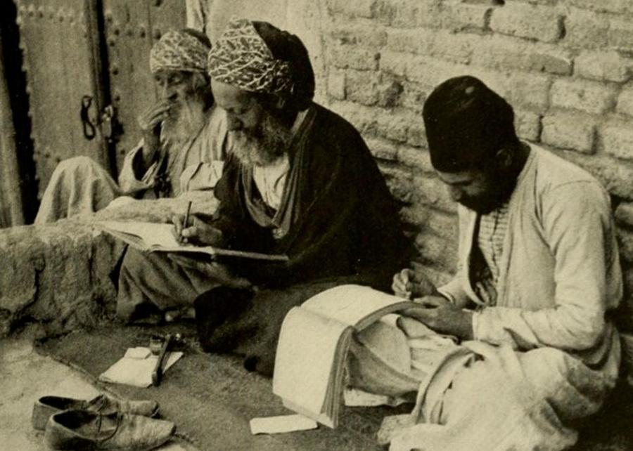 Żydowscy skrybowie przy grobie Ezechiela w Iraku, ok. 1914 r./ Wikipedia