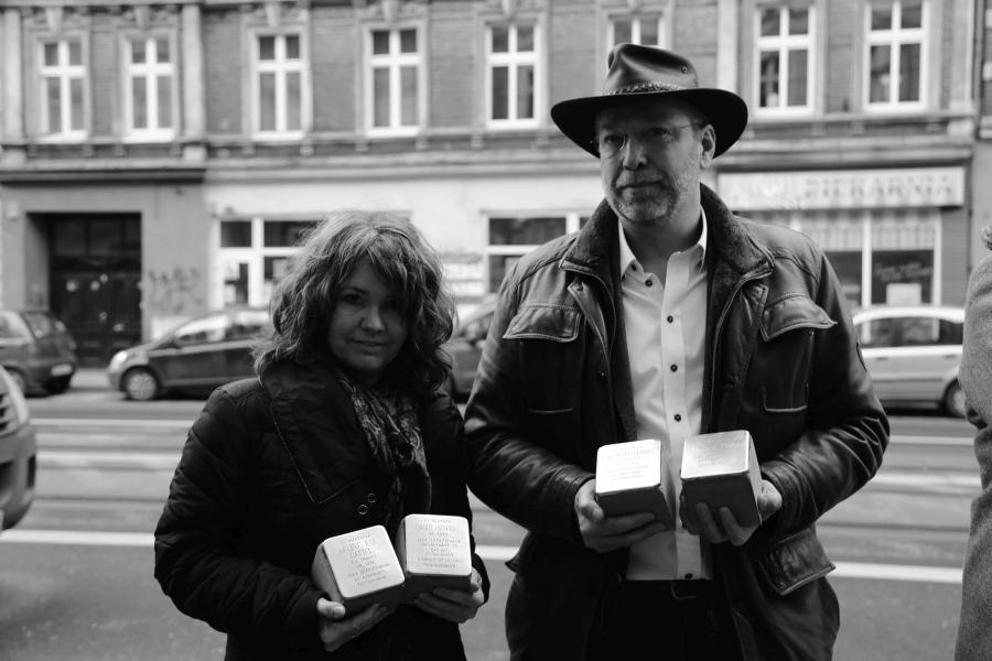 Anja-Susann (na zdjęciu z mężem Svenem w 2016 roku) o swoich żydowskich korzeniach dowiedziała się dziesięć lat temu. Jej prababcia Lina wyjechała z rodzinnego Pleszewa do Hamburga, gdzie wyszła za mąż za katolika. Na początku 1945 roku została deportowana do Thersesienstadt. Udało jej się przeżyć. Jej córka, babcia Anji-Susann, także związała się z nie-Żydem. Ojciec Anji urodził się w 1942 roku, prawdopodobnie nie miał pojęcia o swoim pochodzeniu. Anja nigdy z nim o tym nie rozmawiała – zmarł, kiedy była dzieckiem. Stolpersteinami Anja-Susann upamiętniła jednego z braci swojej prababci, Davida (zginął w 1941 roku w Kownie), oraz córkę drugiego z nich, Magdalene, jej męża Maxa i ich córkę Helene. Cała trójka zginęła w Auschwitz, Helene miała zaledwie 21 lat i była świeżo po ślubie. Latem 2018 roku Anja postawiła też nagrobek dla żony Davida, która popełniła samobójstwo po nocy kryształowej. Danielle z kolei przyjechała do Wrocławia ze swoją mamą Zillą, urodzoną w Breslau w 1938 roku. Zilla wraz z rodzicami opuściła Niemcy na słynnym statku St. Louis, którego pasażerowie nie zostali wpuszczeni na Kubę. Po powrocie do Europy niektórych z nich, w tym Zillę z rodzicami, przyjęła Wielka Brytania. Brat ojca Zilli, Alfred Dresel, ze statku trafił do Francji. Zginął w Auschwitz. Ich siostra, Kate Dresel, nie próbowała uciekać – po nocy kryształowej rodzina uznała, że w największym niebezpieczeństwie są mężczyźni. Kate trafiła najpierw do Theresienstadt, a w 1944 roku zginęła w Auschwitz.
