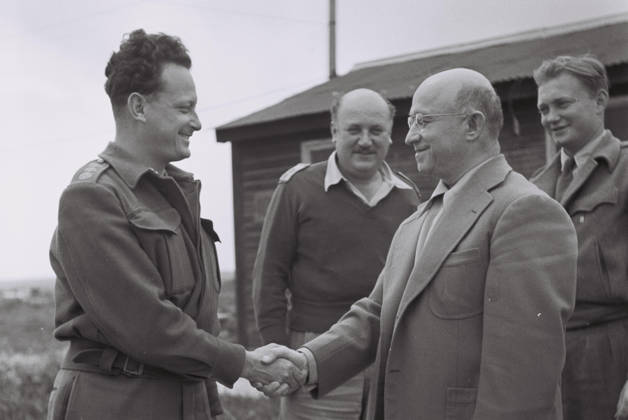 Eddie Jacobson podaje rękę płk. Edelmannowi/ fot. Hugo Mendelson (GPO)