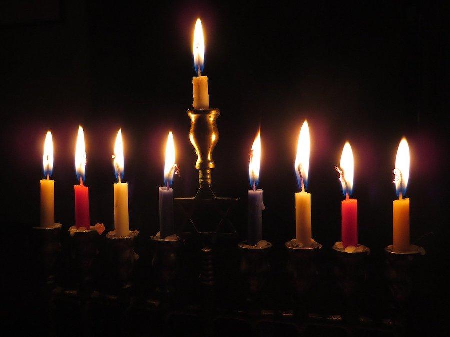 Świecznik chanukowy / Fot. Pixabay