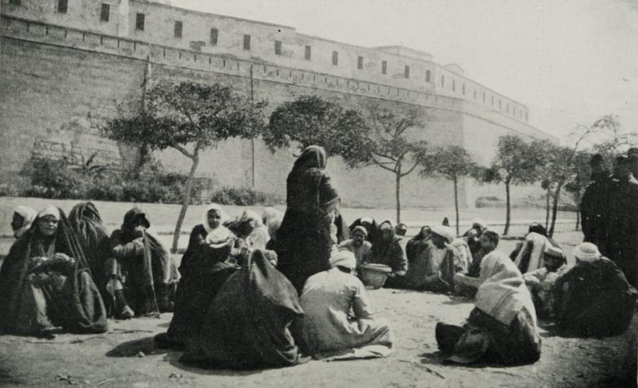 """Gawędziarz opowiada historię z """"Księgi tysiąca i jednej nocy"""", 1911/ Wikipedia"""