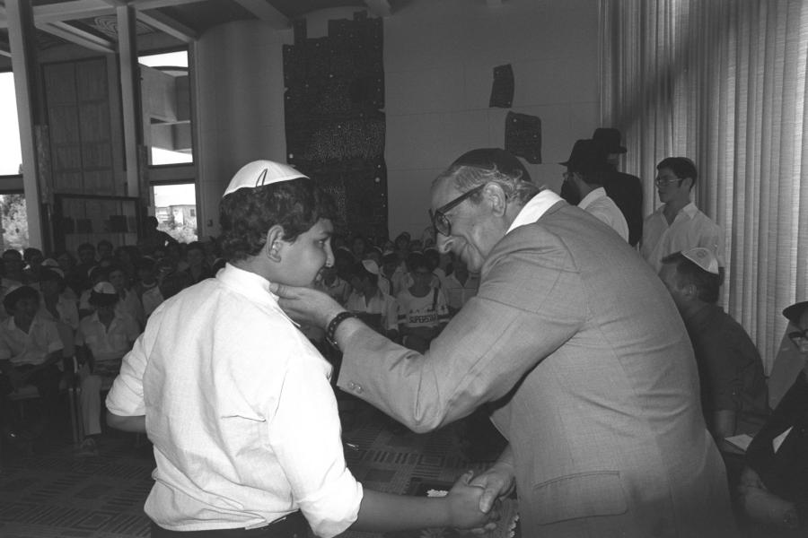 Bar micwa w domu prezydenta Nawona dla dzieci osieroconych w wyniku wojny/ HERMAN CHANANIA (GPO)