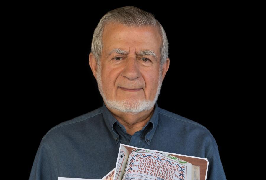 Samuel Ponczak pokazuje zeskanowane karty Deklaracji o Podziwie i Przyjaźni dla Stanów Zjednoczonych /fot. archiwum prywatne