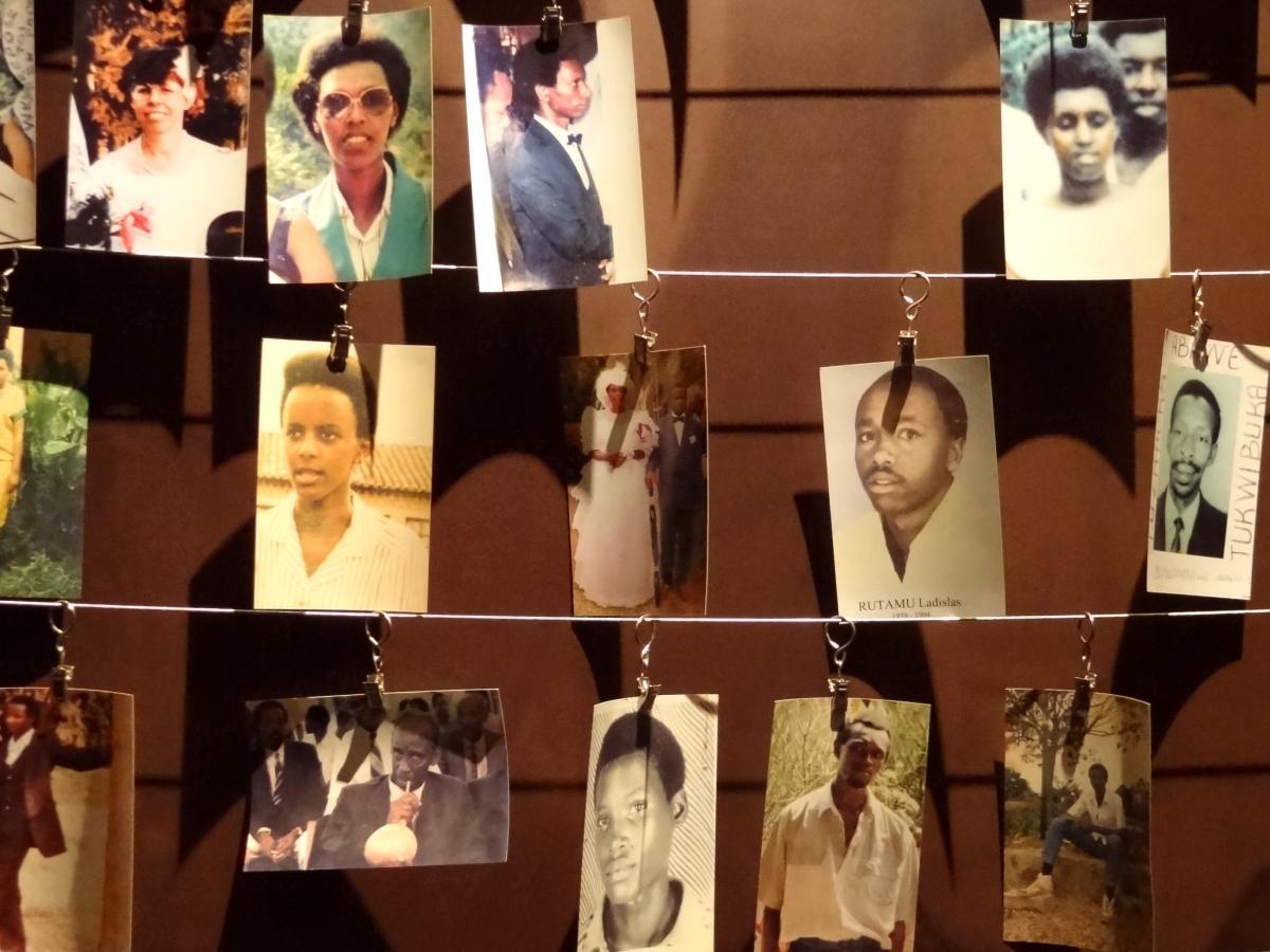 Zdjęcia ofiar ludobójstwa pokazywane w Centrum Upamiętnienia Ludobójstwa w Kigali /fot. Wikipedia