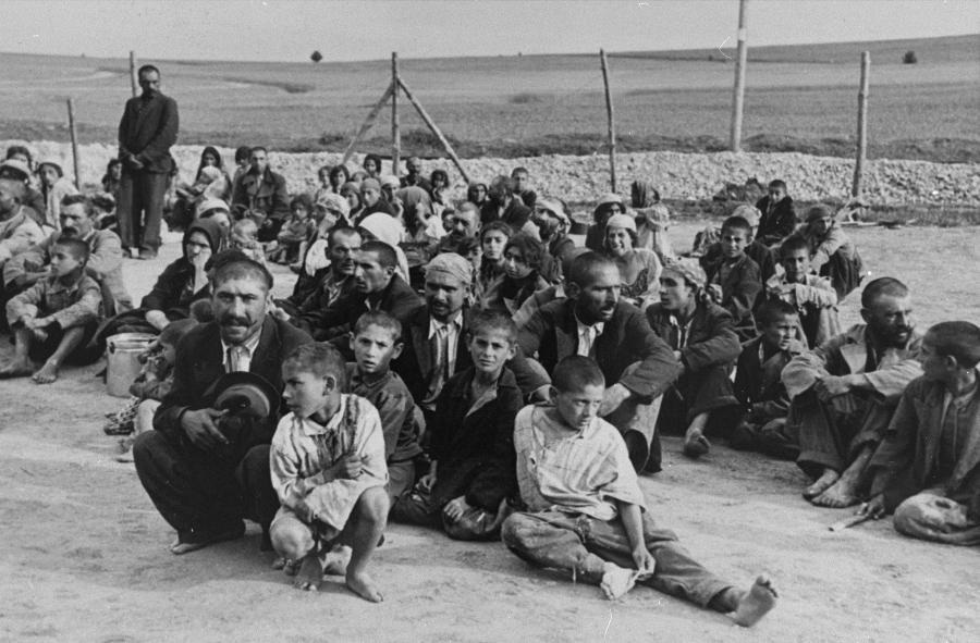 Grupa Romów w obozie pracy w Bełżcu, 1940 r. /fot. Wikipedia